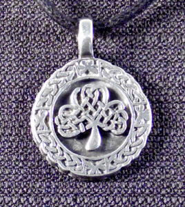 CeItic nfinity Circle Knot with Shamrock